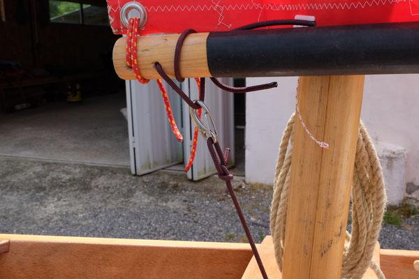 La voile au tiers bômée est amurée en pieds de mât. Pas de gambillage au virement de bord