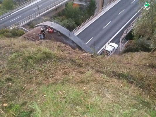 Disbosco e posa reti paramassi sopra galleria stradale - Liguria -  IM