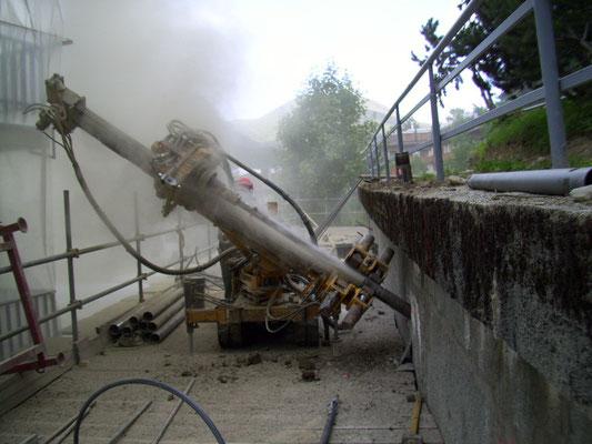 Cinturazione muri - Perforazione tiranti con sonda cingolata - Piemonte CN