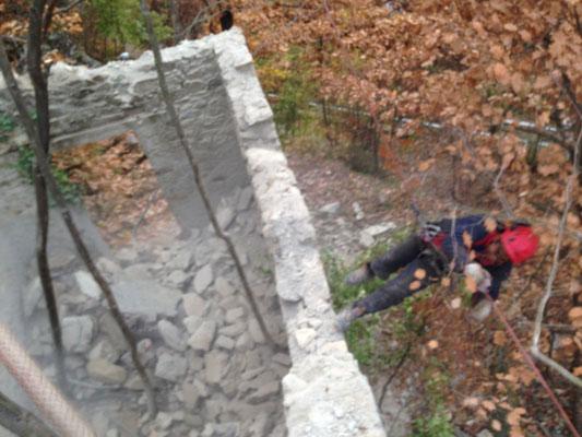 Demolizione controllata di rudere pericolante effettuata da personale alpinistico - Liguria - SV