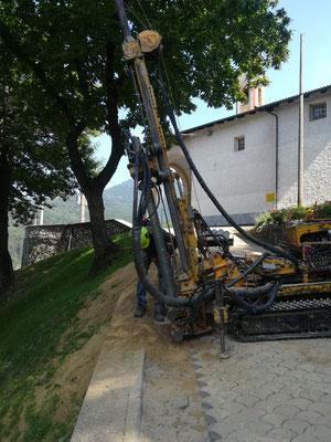 Perforazione e iniezione di micropali a capra zoppa per successiva realizzazione cordolo per sostegno strada - Piemonte CN