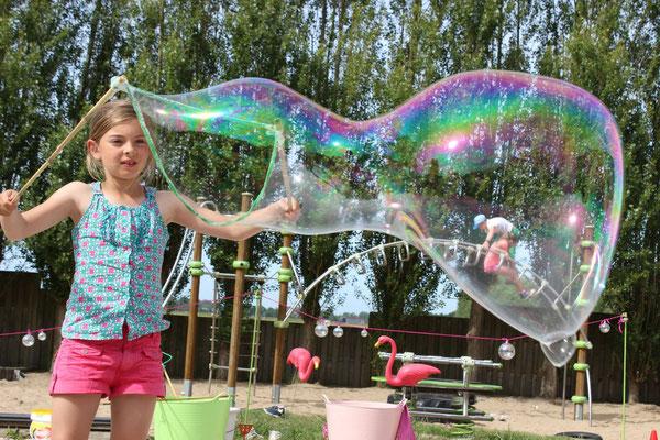 reuzenbellen blazen,   kinderanimatie, gent reuzenbellen, brugge reuzenbellen, workshop reuzenbellen