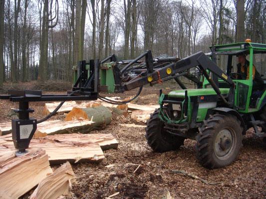 Black Splitter an Hoflader montiert Kegelspalter Holzspalter Spalter