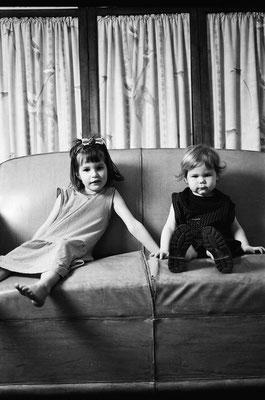 Cloé et Julia sur le canapé, Clermont-Fd