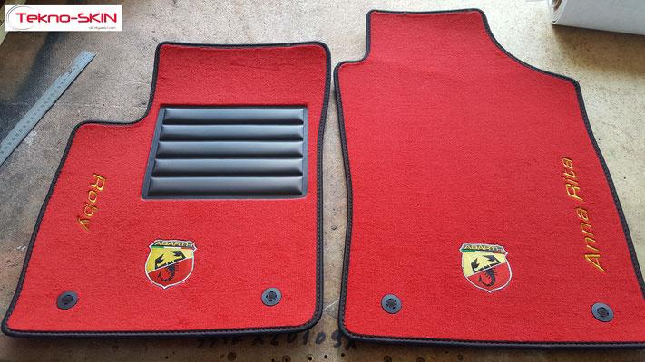 TAPPETINI PERSONALIZZATI FIAT 500 ABARTH (set 4pezzi)  - Linea TOP  - Colore ROSSO  - Personalizzazione Logo 'Abarth' + Nome Personalizzato