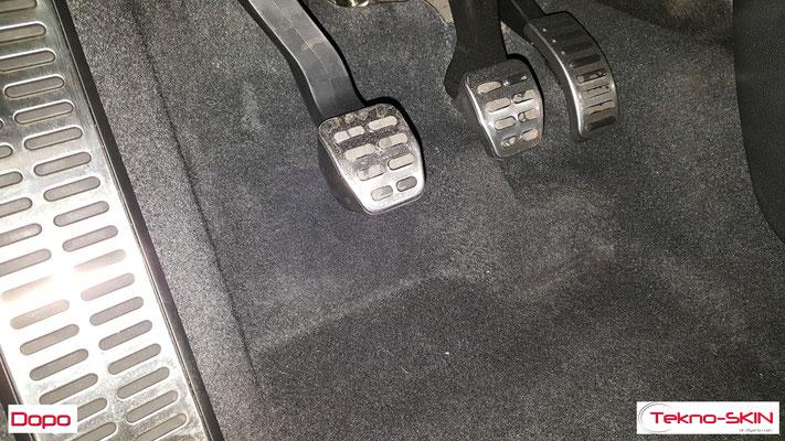 RIPARAZIONE MOQUETTE AUDI A1  - Riparazione Buco da Tacco Scarpa Lato Guida  - Copertura con Fibre a colore per nascondere riparazione - Dopo