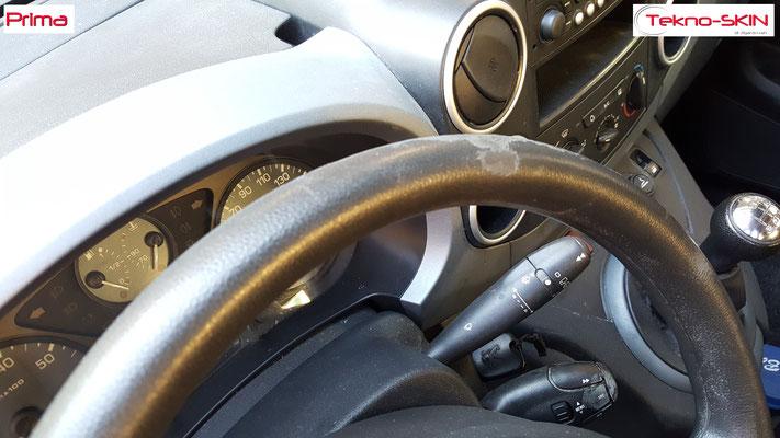 VOLANTE PEUGEOT PARTNER  Ripellamento completo in Pelle Nera cuciture nere su volante Originale in Gomma Nero Deteriorato - Prima