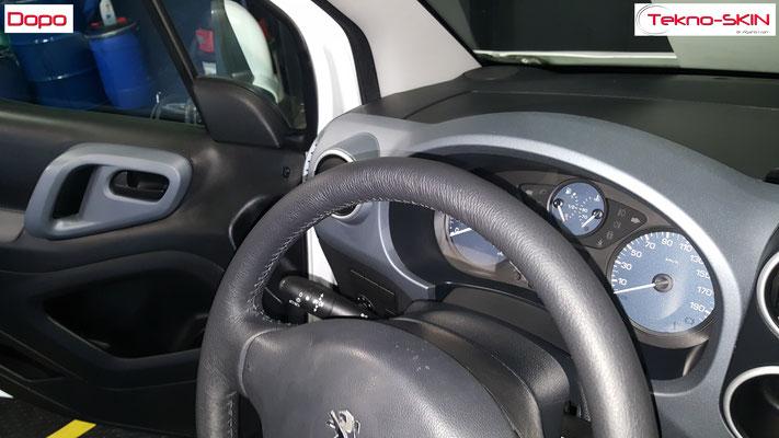VOLANTE PEUGEOT PARTNER  Ripellamento completo in Pelle Nera cuciture nere su volante Originale in Gomma Nero Deteriorato - Dopo