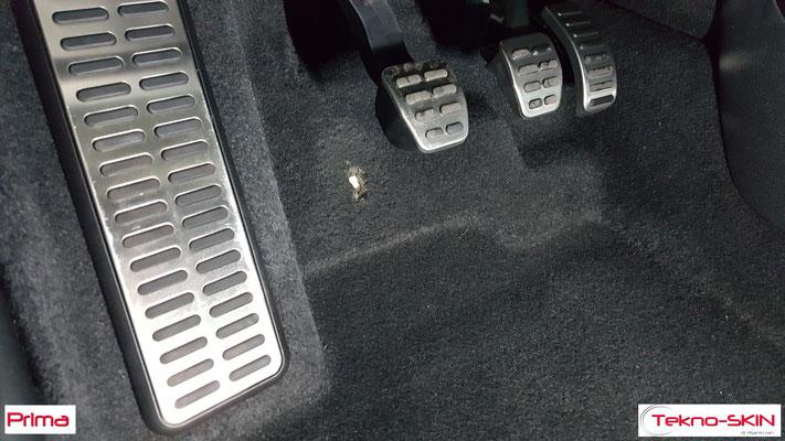 RIPARAZIONE MOQUETTE AUDI A1  - Riparazione Buco da Tacco Scarpa Lato Guida  - Copertura con Fibre a colore per nascondere riparazione - Prima