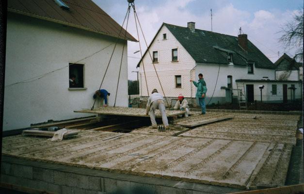 Fertigkeller Decke wird verlegt