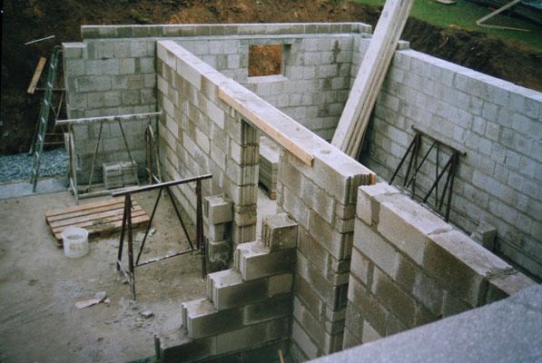 Der Keller wird gemauert