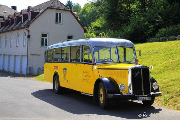 Oldtimer Reisebus beim Kloster Marienstatt
