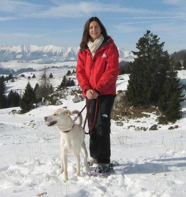 Stefania e il cane Bianca in Lessinia