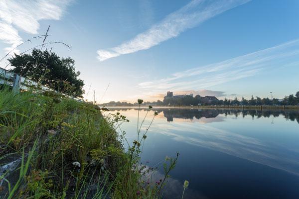 Morgens am Ems-Jade-Kanal mit Blick auf das alte KSW-Gebäude in Wilhelmshaven.