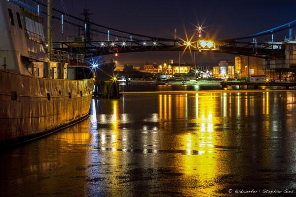 Nachts am Bontekai in Wilhelmshaven mit dem Feuerschiff Weser und Kaiser-Wilhelm-Brücke