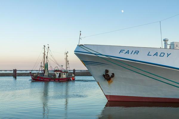 Fahrgastschiff Fair Lady und ein Kutter im Außenhafen von Hooksiel