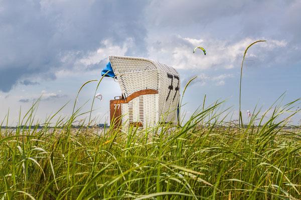 Strandkorb in Hooksiel mit Kitesurfer