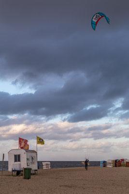 Kitesurfer am Hooksieler Strand
