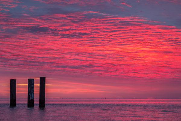 Sonnenaufgang am Hooksieler Außenhafen