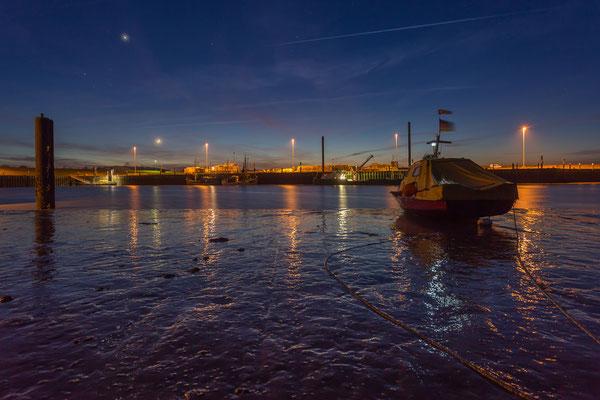 Blaue Stunde am Hooksieler Außenhafen bei Niedrigwasser
