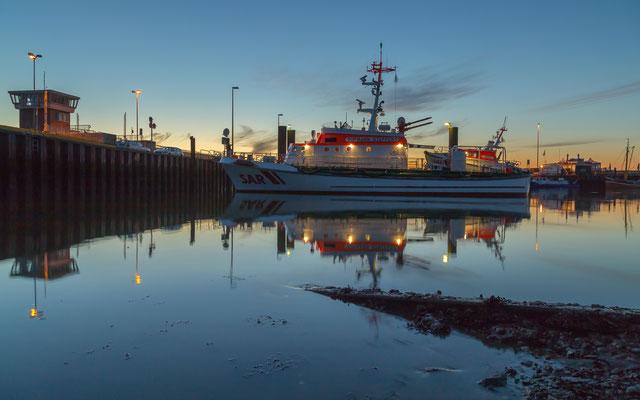 Seenotkreuter Vormann Steffens im Außenhafen Hooksiel bei Sonnenuntergang