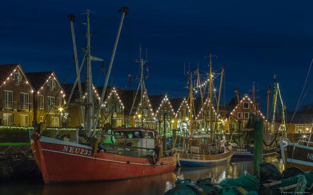 Beleuchtete Kutter im Hafen von Neuharlingersiel