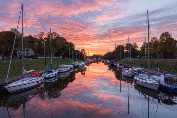 Sonnenaufgang am Hafen in Rüstersiel