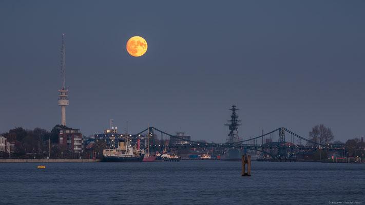 Aufgehender Mond über dem Großen Hafen