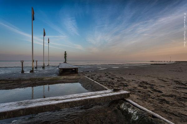 Kurz nach Sonnenaufgang im Winter am Strand von Dangast
