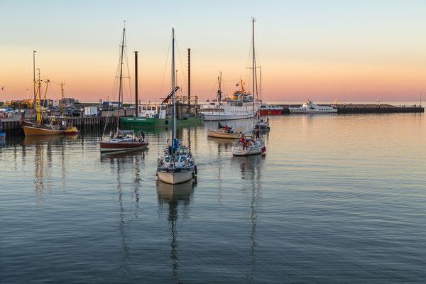 Segelboote vor der Schleuse am Außenhafen Hooksiel