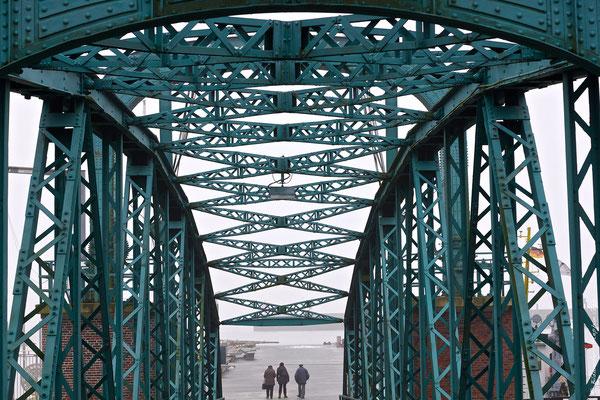 Nassau-Brücke bei Nebel in Wilhelmshaven
