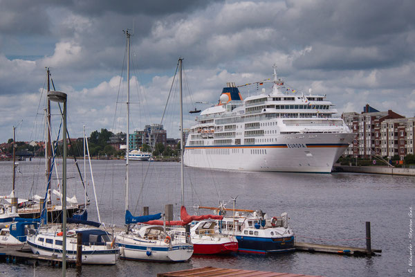 Kreuzfahrtschiff MS Europa zu Gast in Wilhelmshaven