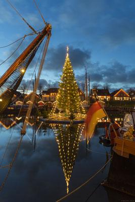 Winterzauber und schwimmender Weihnachtsbaum in Carolinensiel