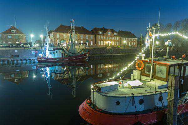 Beleuchtete Schiffe im Alten Hafen Hooksiel