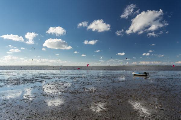 Kitesurfer am Strand von Neuharlingersiel