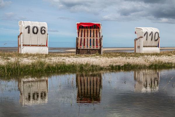 Perfekte Spiegelung: Strandkörbe in Hooksiel