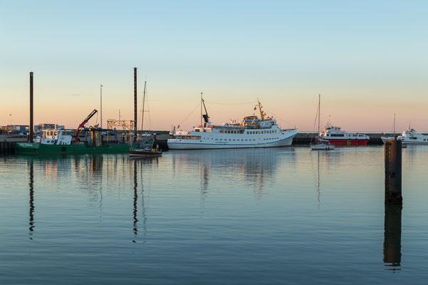 Fair Lady im Außenhafen Hooksiel bei Sonnenuntergang