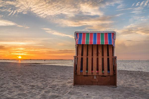 Strandkorb am Strand von Hooksiel bei Sonnenuntergang