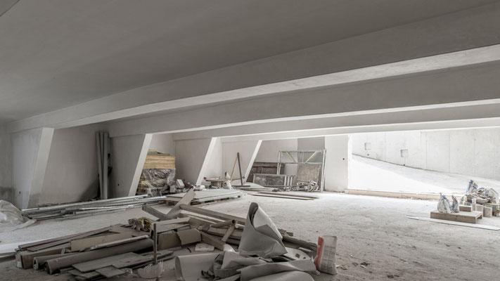 Die Tiefgarage mit vier Plätzen und den sichtbaren Unterzügen der darüberliegenden Vorfahrt, Foto: Aryan Mirfendereski