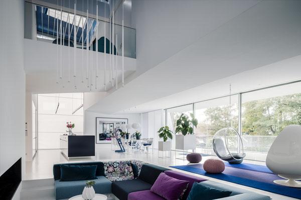 Blick über die Lounge in Richtung Küche und vertikales Lichtband, Foto: Daniel Hartz