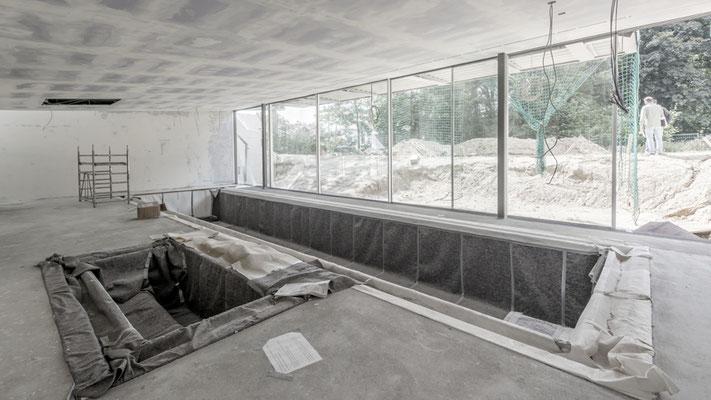 Das Poolbecken schwer geschützt während des Innenausbaus, Foto: Aryan Mirfendereski