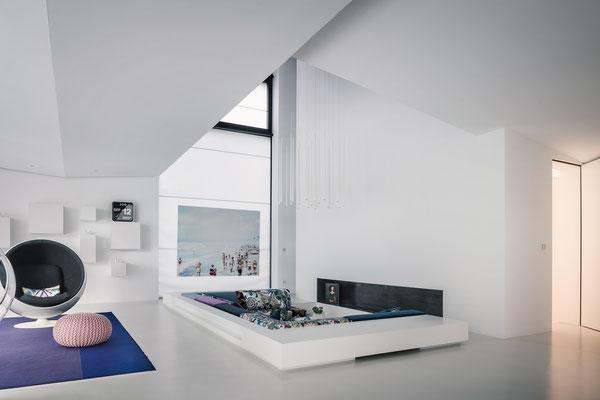 Die Lounge unter dem zweigeschossig offenen Galerieraum, Foto: Daniel Hartz