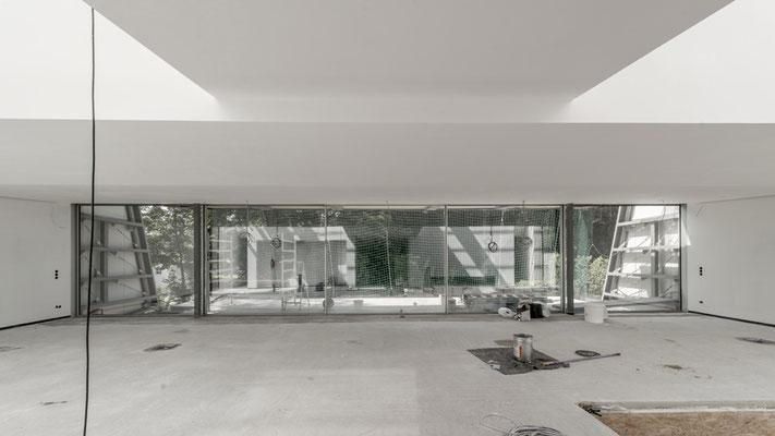 Der Wohnbereich aus dem Eingang in Richtung Garten, Foto: Aryan Mirfendereski
