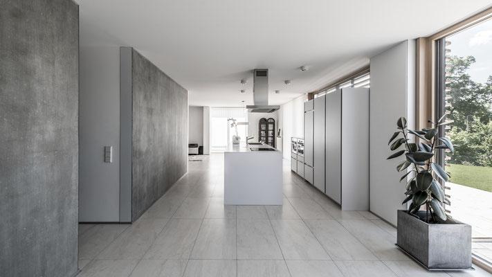 Blick vom Eingang Richtung Küche und Essbereich, Foto: Aryan Mirfendereski