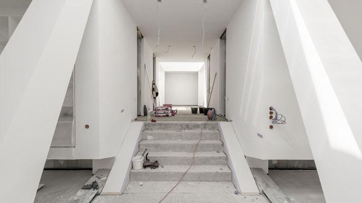 Der Blick vom Eingang der unteren Lobby in Richtung Wohnen, Foto: Aryan Mirfendereski