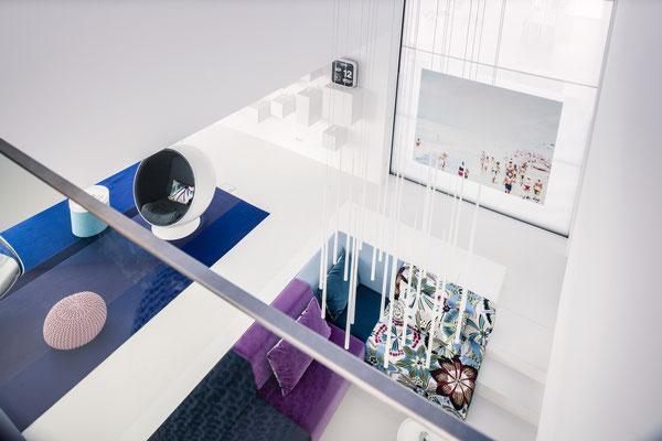 Der Blick von der Galerie in die Lounge mit dem 4m langen Gaskamin, Foto: Daniel Hartz