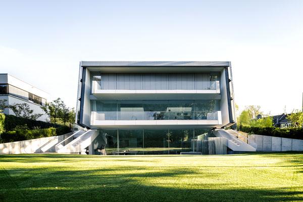 Blick von Süden auf die offnen Verglasungen, unten das Schwimmbad, die Bel Etage mit der Wohnnutzung und oben der private Bereich der Eigentümer mit Blick in den Garten, Foto: Daniel Hartz