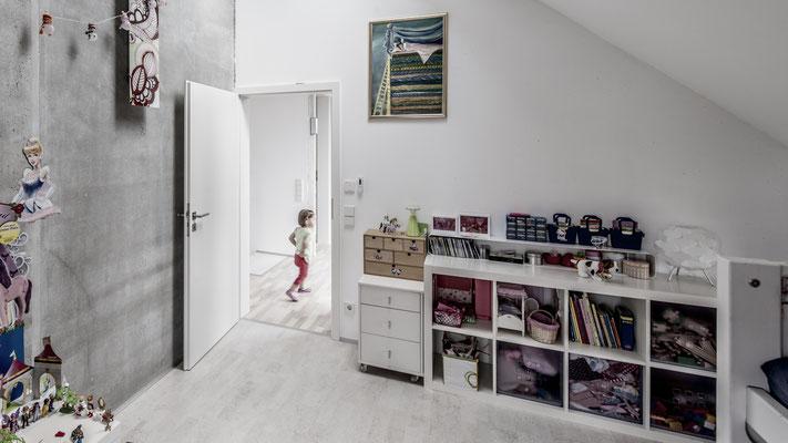 Eines der zusätzlichen Zimmer im Obergeschoss, Foto: Aryan Mirfendereski