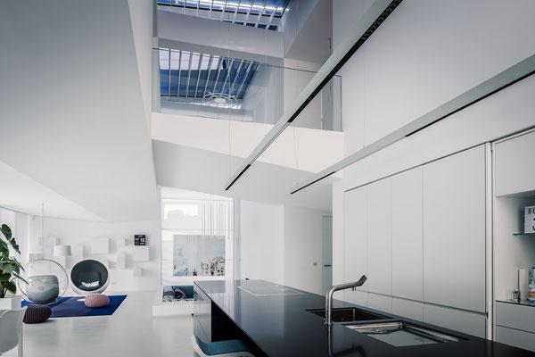 """Der Blick von der Küche hoch zur Galerie, eine Art Laufsteg, der den Kosename """"Heidis Laufsteg"""" erhielt, Foto: Daniel Hartz"""