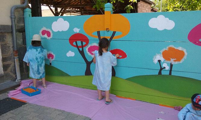 Fersque murale Etape 2 : peindre au rouleau les parties cernées de tesa